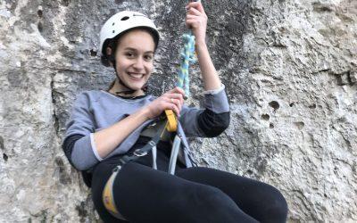 Plezanje v naravni plezalni steni v Damlju